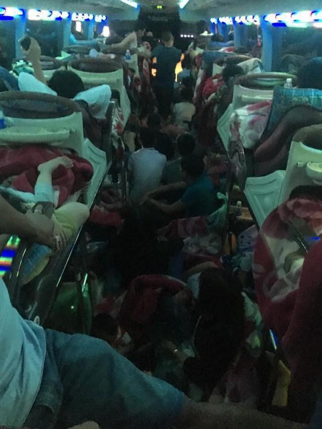 Sau Tết, nhiều xe khách nhồi nhét người quá tải trên hành trình từ quê trở lại thành phố - Ảnh 1.