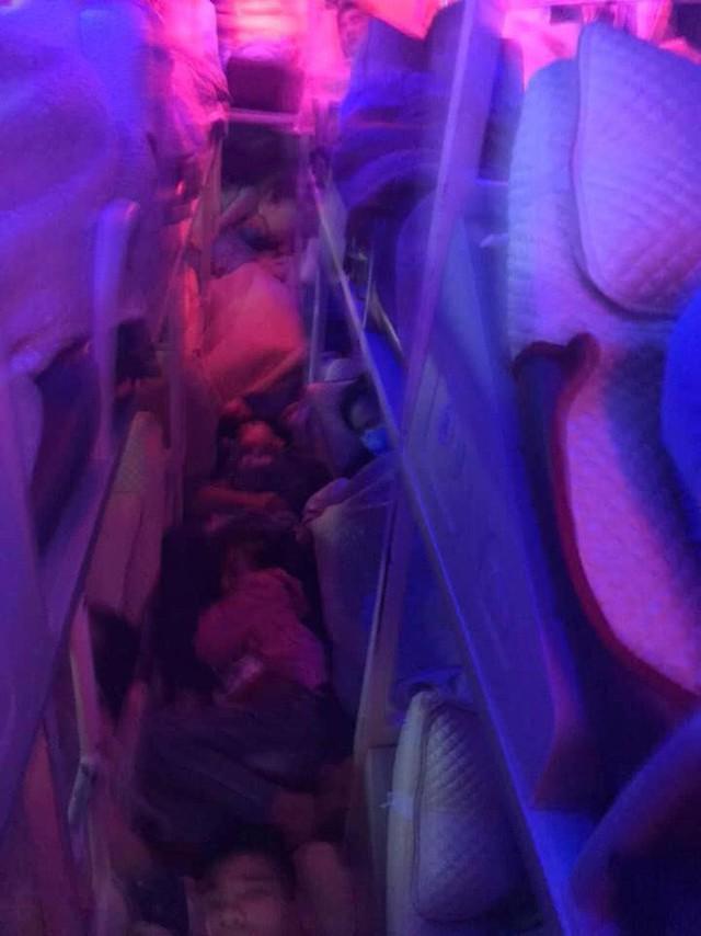 Sau Tết, nhiều xe khách nhồi nhét người quá tải trên hành trình từ quê trở lại thành phố - Ảnh 3.