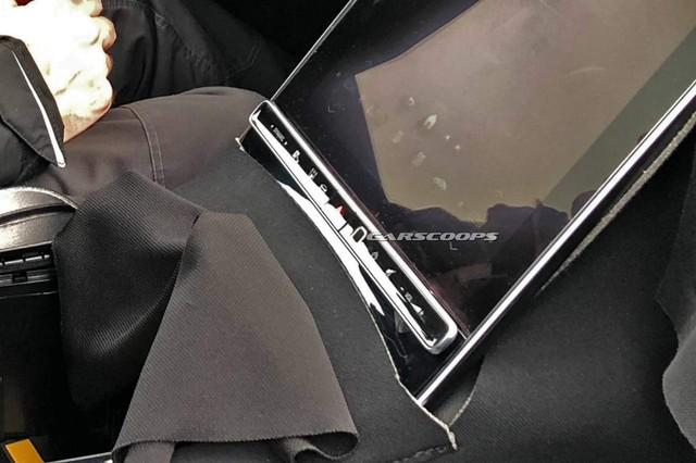 Mercedes-Benz S-Class mới trang bị màn hình khổng lồ - iPad 12.9 lớn nhất thế giới không có cửa so sánh về kích thước - Ảnh 1.