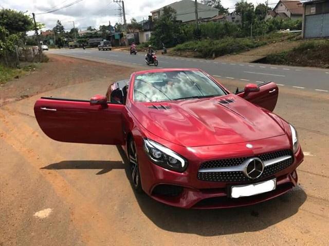 Cần bán gấp, Mercedes SL400 liên tục giảm giá vài trăm triệu trên chợ xe cũ - Ảnh 1.