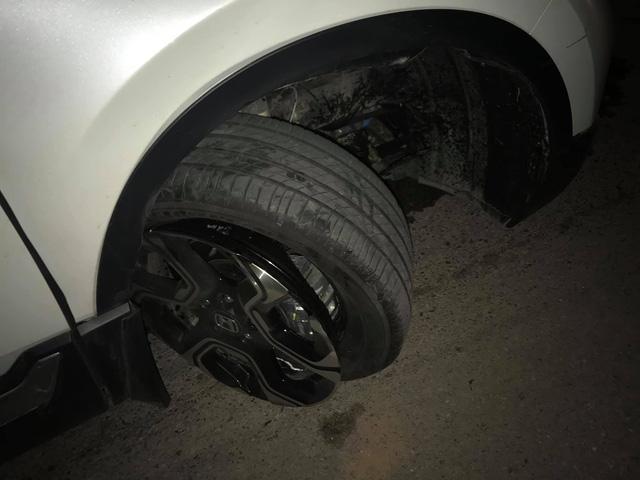 Chiếc Range Rover Evoque xe một nơi, bánh một nẻo sau cú đâm vào 'vật thể lạ' trên đường làng - Ảnh 3.