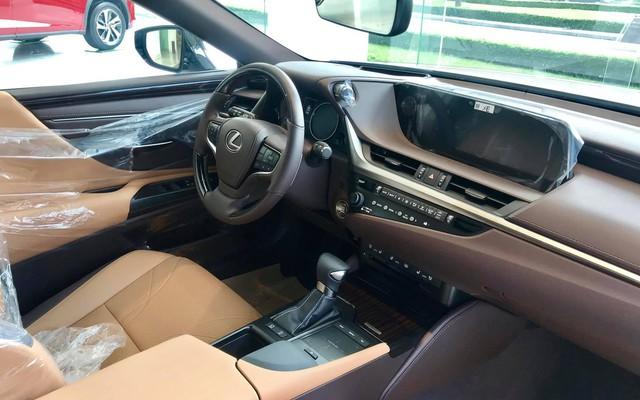 Cùng giá 2,5 tỷ đồng, chọn Toyota Camry XLE 2019 hàng độc hay Lexus ES250 2019 chính hãng? - Ảnh 6.