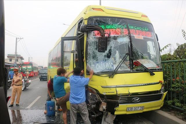Hai xe chở khách về quê ăn tết tông nhau, hàng chục người mắc kẹt - Ảnh 3.
