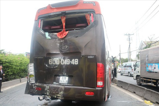 Hai xe chở khách về quê ăn tết tông nhau, hàng chục người mắc kẹt - Ảnh 4.