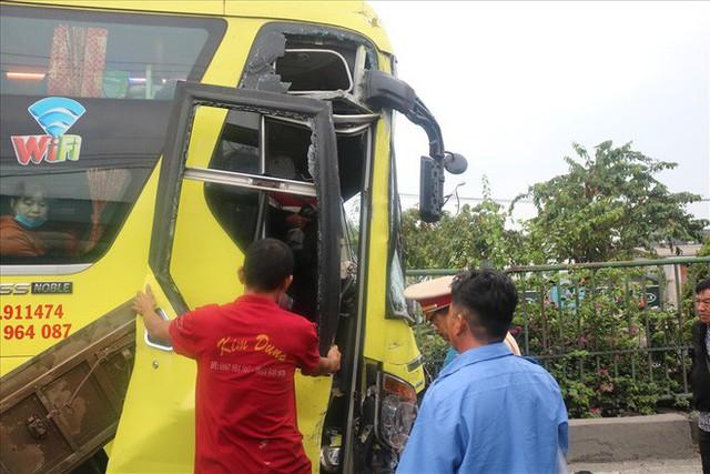 Hai xe chở khách về quê ăn tết tông nhau, hàng chục người mắc kẹt - Ảnh 6.