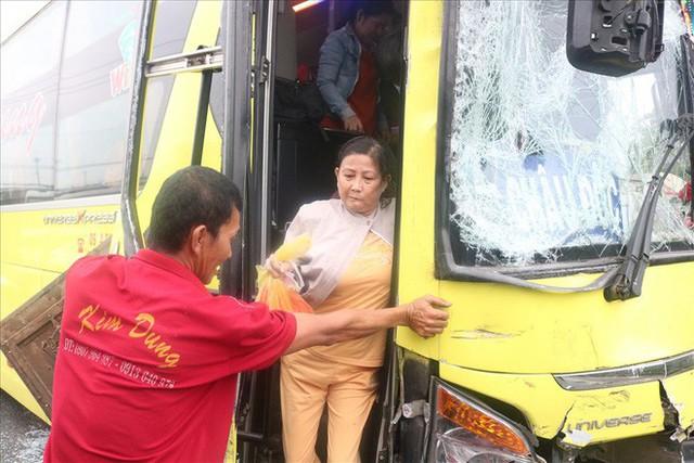 Hai xe chở khách về quê ăn tết tông nhau, hàng chục người mắc kẹt - Ảnh 7.