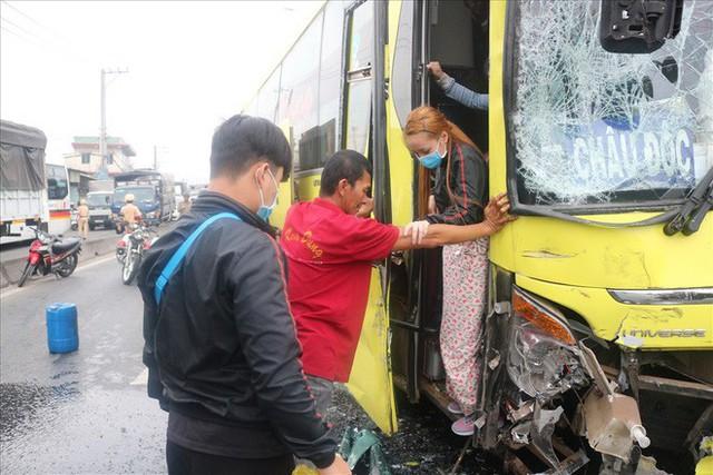 Hai xe chở khách về quê ăn tết tông nhau, hàng chục người mắc kẹt - Ảnh 8.