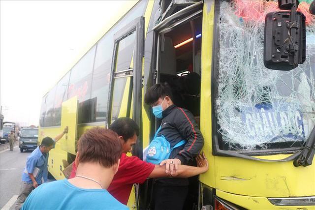 Hai xe chở khách về quê ăn tết tông nhau, hàng chục người mắc kẹt - Ảnh 9.