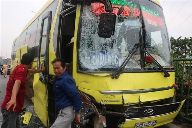 Hai xe chở khách về quê ăn tết tông nhau, hàng chục người mắc kẹt - Ảnh 10.