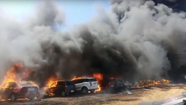 Một mẩu thuốc lá vứt sai chỗ, hàng trăm xe cháy thành tro - Ảnh 2.