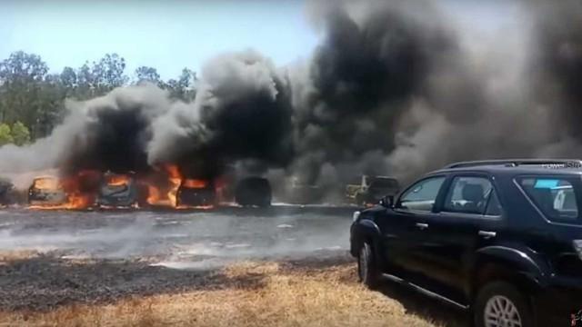 Một mẩu thuốc lá vứt sai chỗ, hàng trăm xe cháy thành tro - Ảnh 1.