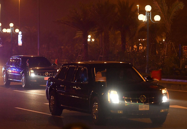 Cặp đôi The Beast đưa Tổng thống Trump về đến khách sạn JW Marriott - Ảnh 2.
