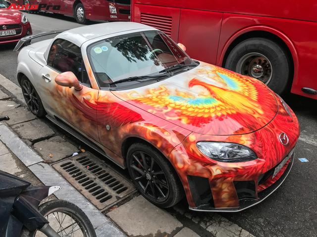 Mazda MX-5 của dân chơi Hà Nội trang trí táo bạo bằng phượng lửa - Ảnh 1.