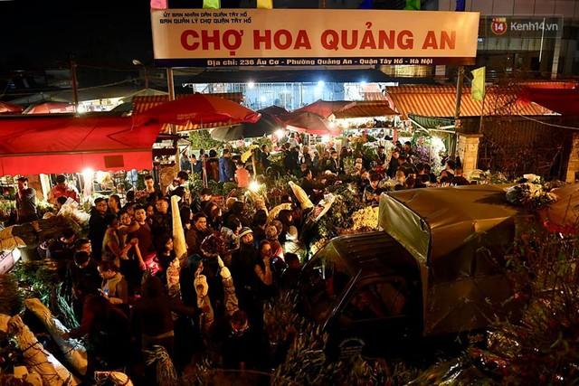 Người dân chen chúc đi mua hoa tại chợ Quảng An, giao thông qua chợ ùn tắc kéo dài - Ảnh 1.