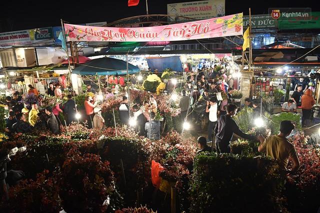 Người dân chen chúc đi mua hoa tại chợ Quảng An, giao thông qua chợ ùn tắc kéo dài - Ảnh 2.
