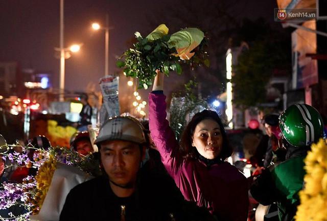 Người dân chen chúc đi mua hoa tại chợ Quảng An, giao thông qua chợ ùn tắc kéo dài - Ảnh 11.