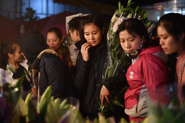 Người dân chen chúc đi mua hoa tại chợ Quảng An, giao thông qua chợ ùn tắc kéo dài - Ảnh 12.