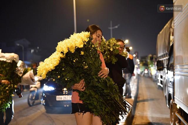 Người dân chen chúc đi mua hoa tại chợ Quảng An, giao thông qua chợ ùn tắc kéo dài - Ảnh 13.