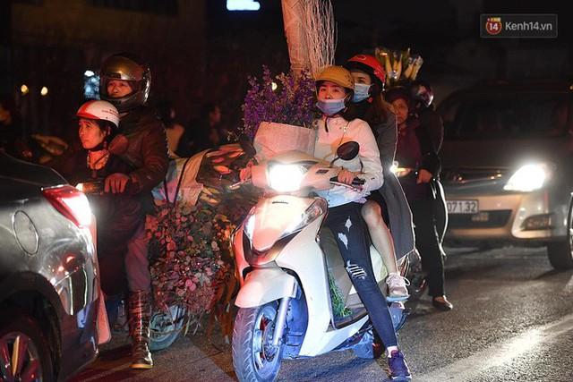 Người dân chen chúc đi mua hoa tại chợ Quảng An, giao thông qua chợ ùn tắc kéo dài - Ảnh 14.