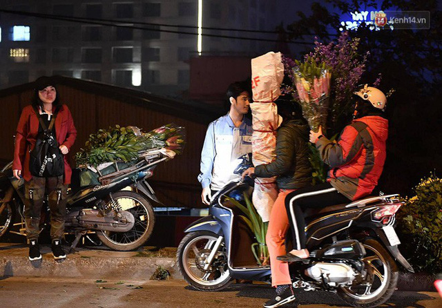 Người dân chen chúc đi mua hoa tại chợ Quảng An, giao thông qua chợ ùn tắc kéo dài - Ảnh 15.