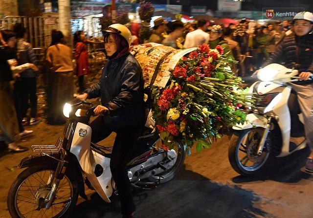 Người dân chen chúc đi mua hoa tại chợ Quảng An, giao thông qua chợ ùn tắc kéo dài - Ảnh 6.