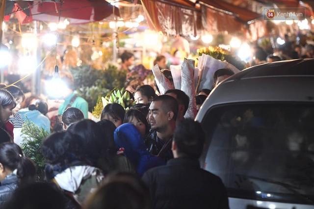 Người dân chen chúc đi mua hoa tại chợ Quảng An, giao thông qua chợ ùn tắc kéo dài - Ảnh 8.