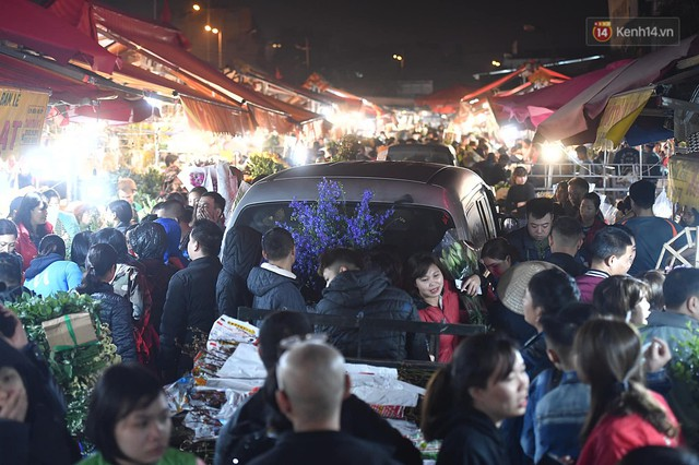 Người dân chen chúc đi mua hoa tại chợ Quảng An, giao thông qua chợ ùn tắc kéo dài - Ảnh 9.