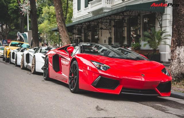 Dân chơi Hà Nội mang bộ tứ siêu xe Lamborghini đặc biệt và loạt Ford Mustang xếp hàng dài trên phố thu hút sự chú ý của người dân - Ảnh 4.
