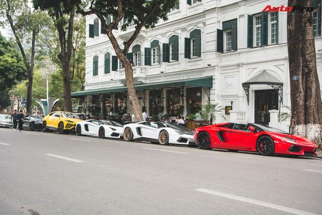 Dân chơi Hà Nội mang bộ tứ siêu xe Lamborghini đặc biệt và loạt Ford Mustang xếp hàng dài trên phố thu hút sự chú ý của người dân - Ảnh 17.