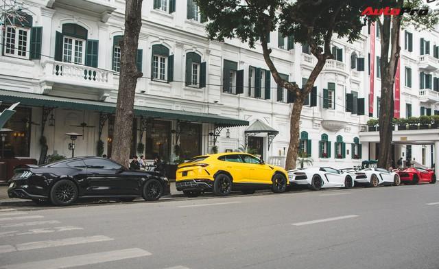 Dân chơi Hà Nội mang bộ tứ siêu xe Lamborghini đặc biệt và loạt Ford Mustang xếp hàng dài trên phố thu hút sự chú ý của người dân - Ảnh 1.