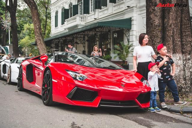 Dân chơi Hà Nội mang bộ tứ siêu xe Lamborghini đặc biệt và loạt Ford Mustang xếp hàng dài trên phố thu hút sự chú ý của người dân - Ảnh 16.