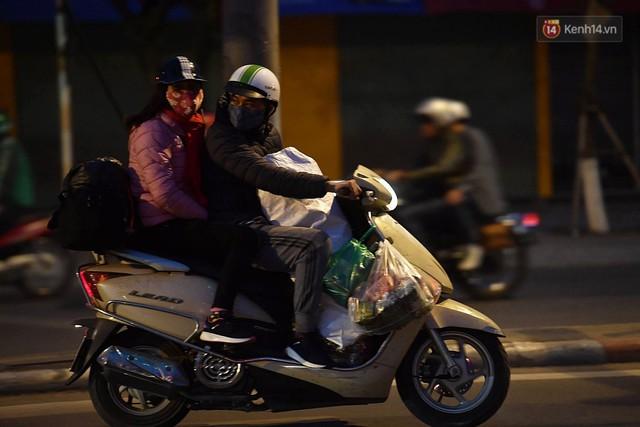 Hà Nội chiều tối ngày cuối năm: Người hoá vàng tất niên, nhà chằng buộc hành lý trên xe máy hối hả về quê - Ảnh 1.
