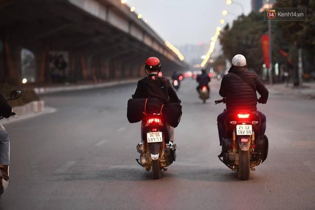 Hà Nội chiều tối ngày cuối năm: Người hoá vàng tất niên, nhà chằng buộc hành lý trên xe máy hối hả về quê - Ảnh 2.