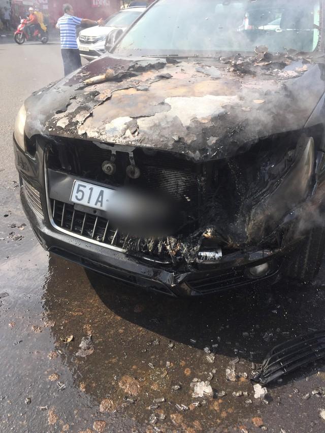 TP.HCM: Đi chúc Tết sáng Mồng 1, tài xế hoảng hồn tung cửa thoát thân vì ô tô bốc cháy ngùn ngụt - Ảnh 1.