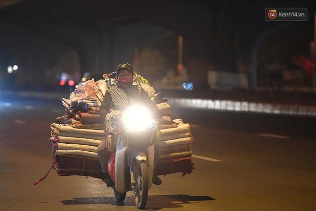 Hà Nội chiều tối ngày cuối năm: Người hoá vàng tất niên, nhà chằng buộc hành lý trên xe máy hối hả về quê - Ảnh 10.