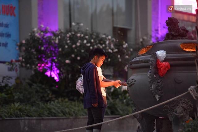 Hà Nội chiều tối ngày cuối năm: Người hoá vàng tất niên, nhà chằng buộc hành lý trên xe máy hối hả về quê - Ảnh 3.