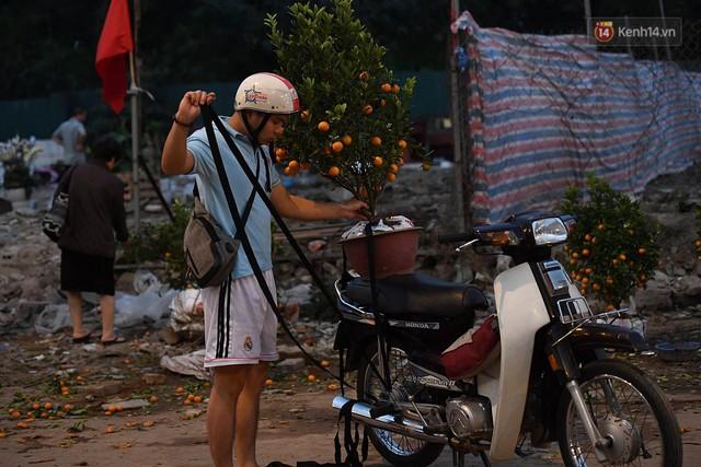 Hà Nội chiều tối ngày cuối năm: Người hoá vàng tất niên, nhà chằng buộc hành lý trên xe máy hối hả về quê - Ảnh 4.