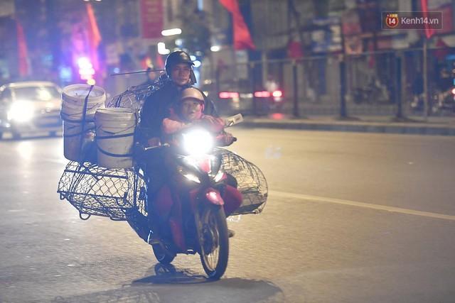 Hà Nội chiều tối ngày cuối năm: Người hoá vàng tất niên, nhà chằng buộc hành lý trên xe máy hối hả về quê - Ảnh 8.