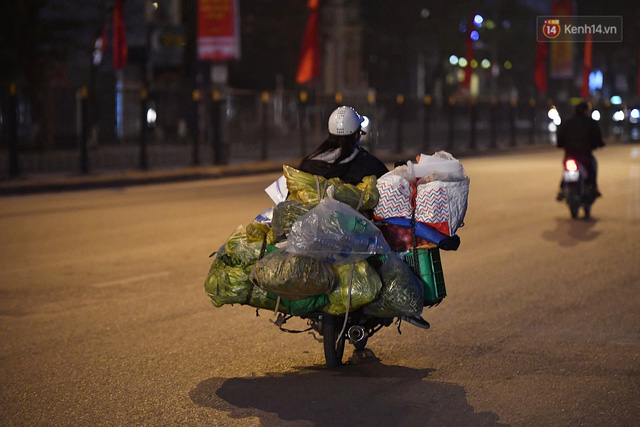 Hà Nội chiều tối ngày cuối năm: Người hoá vàng tất niên, nhà chằng buộc hành lý trên xe máy hối hả về quê - Ảnh 9.