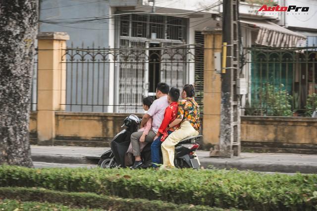 Dân Hà Nội đi chơi Tết: 1001 kiểu diện nhưng đều giống nhau ở 1 điểm chết người này - Ảnh 5.