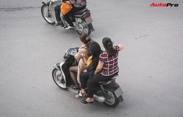 Dân Hà Nội đi chơi Tết: 1001 kiểu diện nhưng đều giống nhau ở 1 điểm chết người này - Ảnh 4.