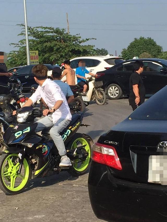 Người đàn ông vác dao ra doạ tài xế liên tục bấm còi, chửi bới vì tắc đường ở Bắc Ninh - Ảnh 2.