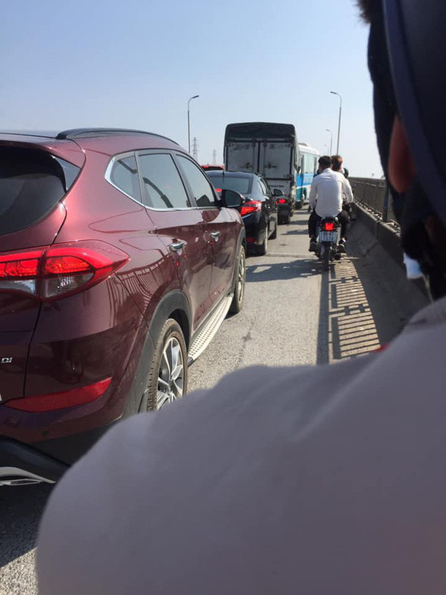 Người đàn ông vác dao ra doạ tài xế liên tục bấm còi, chửi bới vì tắc đường ở Bắc Ninh - Ảnh 4.
