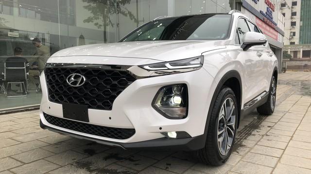 Giá giảm, doanh số Hyundai Santa Fe vẫn sụt mạnh sau tháng sốt hàng trước Tết