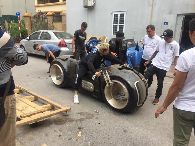 Những lần chơi lớn khiến đám đông Việt Nam trầm trồ của Đức Tào Phớ - Biker vừa tậu Tron Light Cycle tiền tỷ - Ảnh 1.