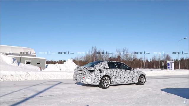 Mercedes-Benz C-Class thế hệ mới vui đùa trong tuyết, hứa hẹn sử dụng khung gầm cải tiến - Ảnh 2.