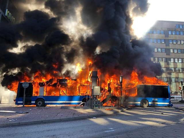 Kinh hoàng xe bus phát nổ như bom ngay trên phố  - Ảnh 2.