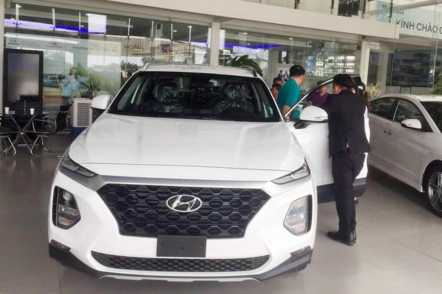 Theo chân Mazda CX-8, Hyundai Santa Fe giảm giá 50 triệu đẩy hàng tồn - Ảnh 2.