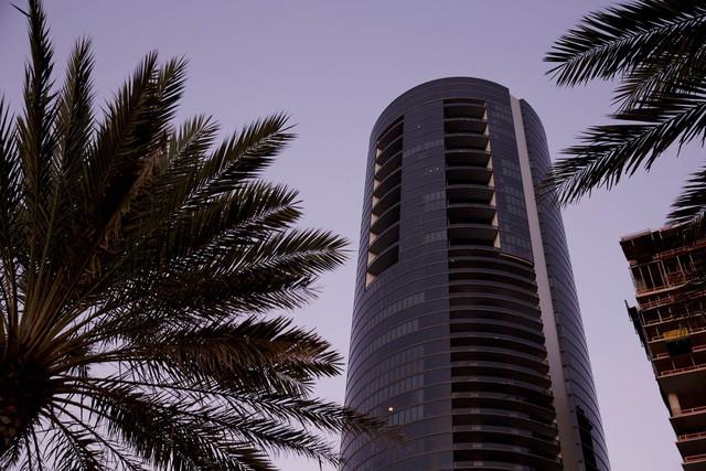 Khám phá cuộc sống xa hoa bên trong tòa nhà Porsche Design Tower ở bãi biển Miami - Ảnh 1.