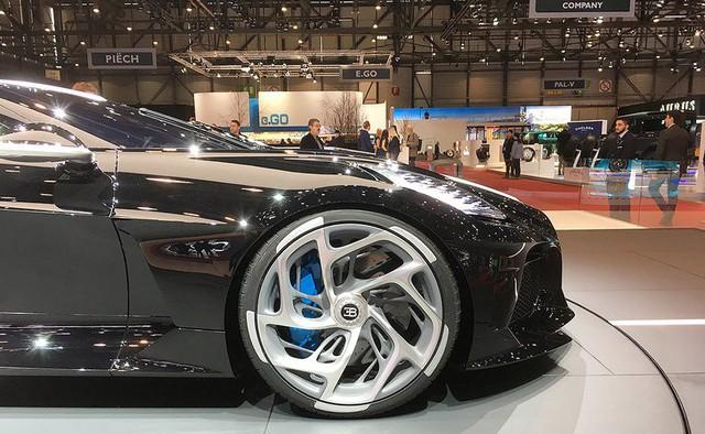 Người mẫu nhìn chân và ô tô đẹp hay không, đôi khi cũng nhìn vào la zăng - Ảnh 1.